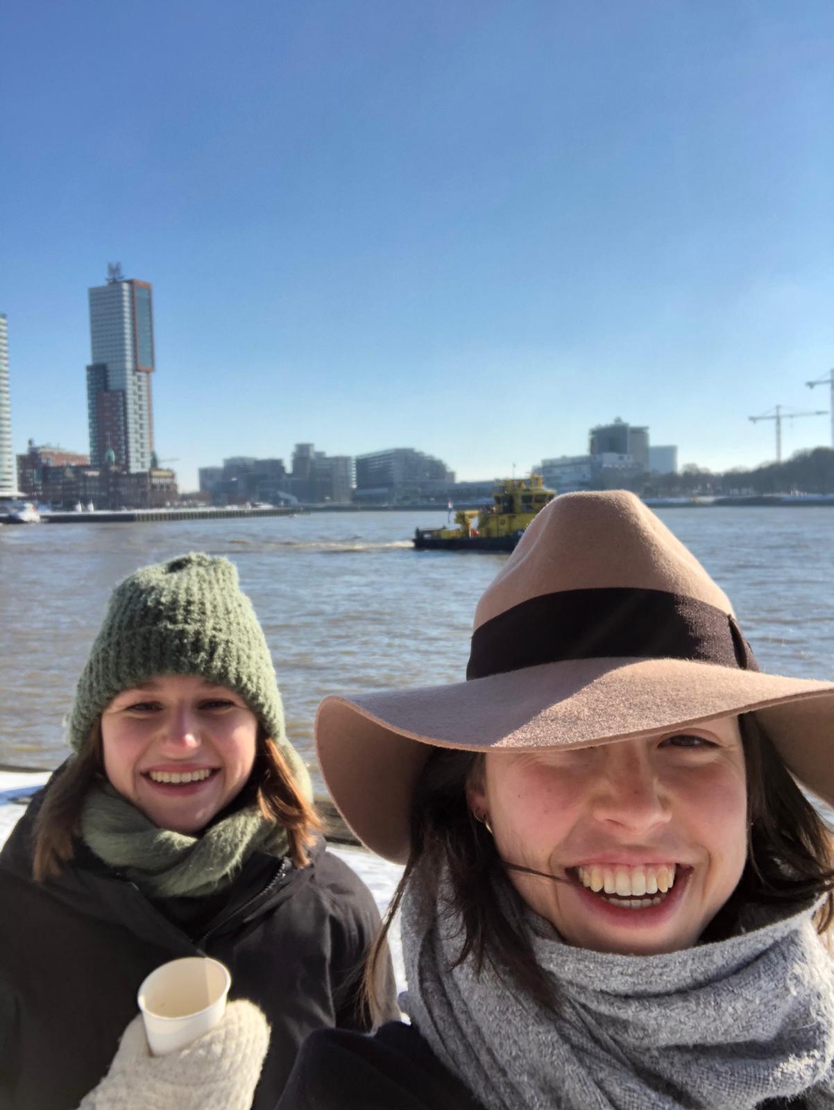 Nicky (l.) en Masha (r.) in Rotterdam toen het nog heel koud was.